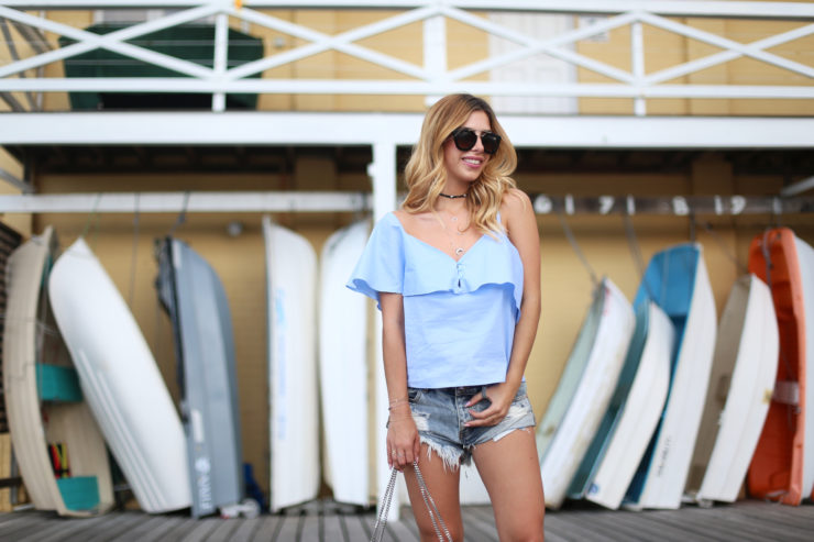 Harbour_Girl_Style_LuisaLion - Oberteil - Zara, Jeans Shorts - One Teaspoon ,Choker - No Name, Wanderlust Sternchen Sneakers - Saint Laurent, Sternen Tasche - Saint Laurent, Sonnenbrille - Prada