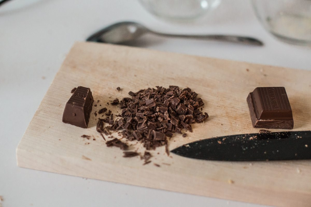 4. Hälfte der Schokolade zerkleinern und unter den Teig geben